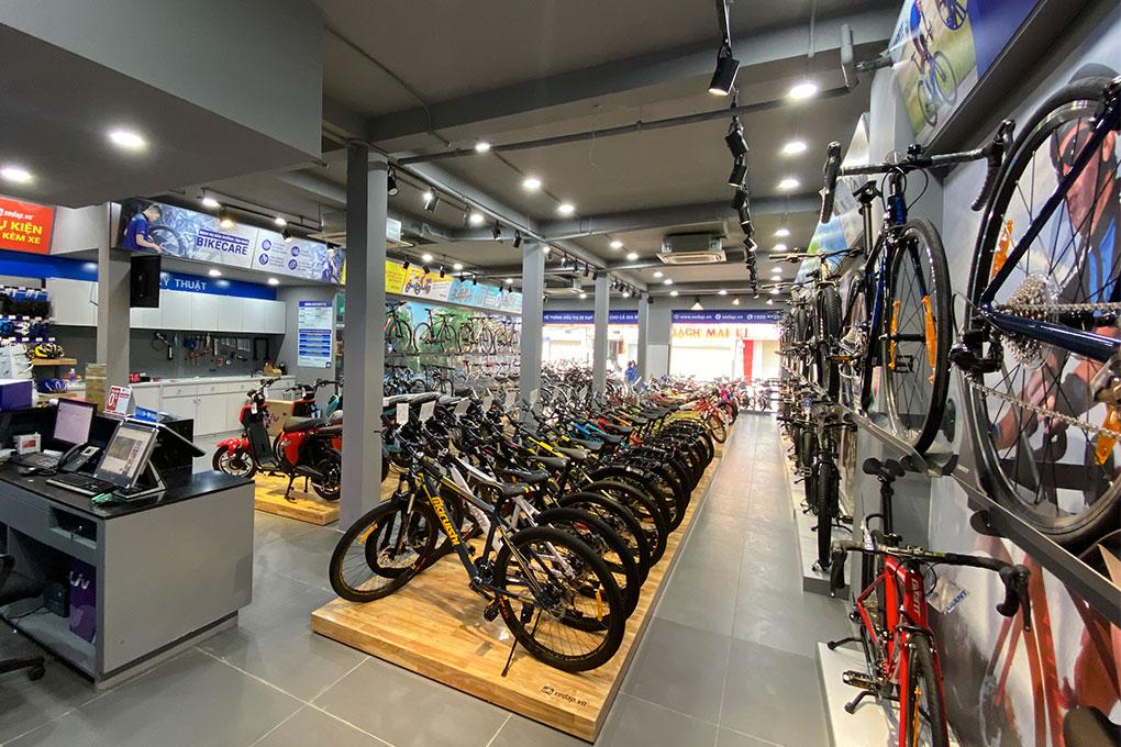 Không gian trưng bày bên trong cửa hàng Xedap.vn tại 176 Võ Văn Ngân
