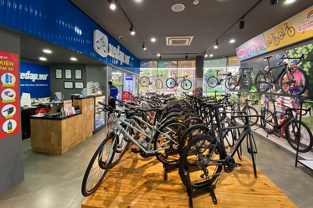 Không gian trưng bày xe đạp bên trong cửa hàng tại Sala